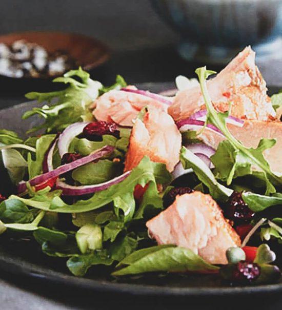 salada salmao rucula 1 550x605 - Saladas frescas e saudáveis para o verão