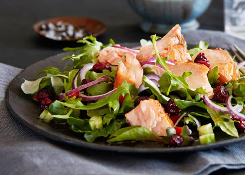 salada salmao rucula - Saladas frescas e saudáveis para o verão