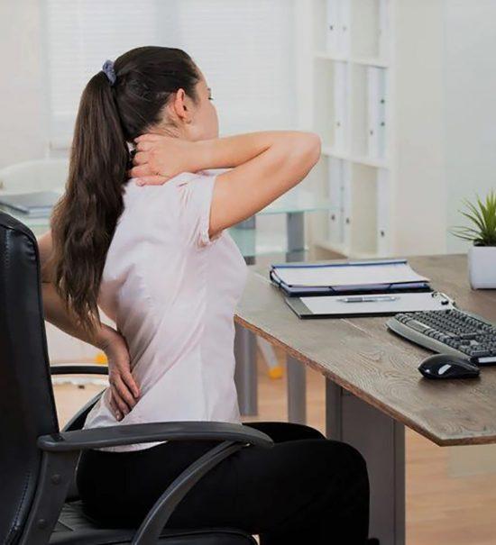 dores nas costas no trabalho como aliviar 550x605 - Dores nas costas no trabalho: como aliviar?