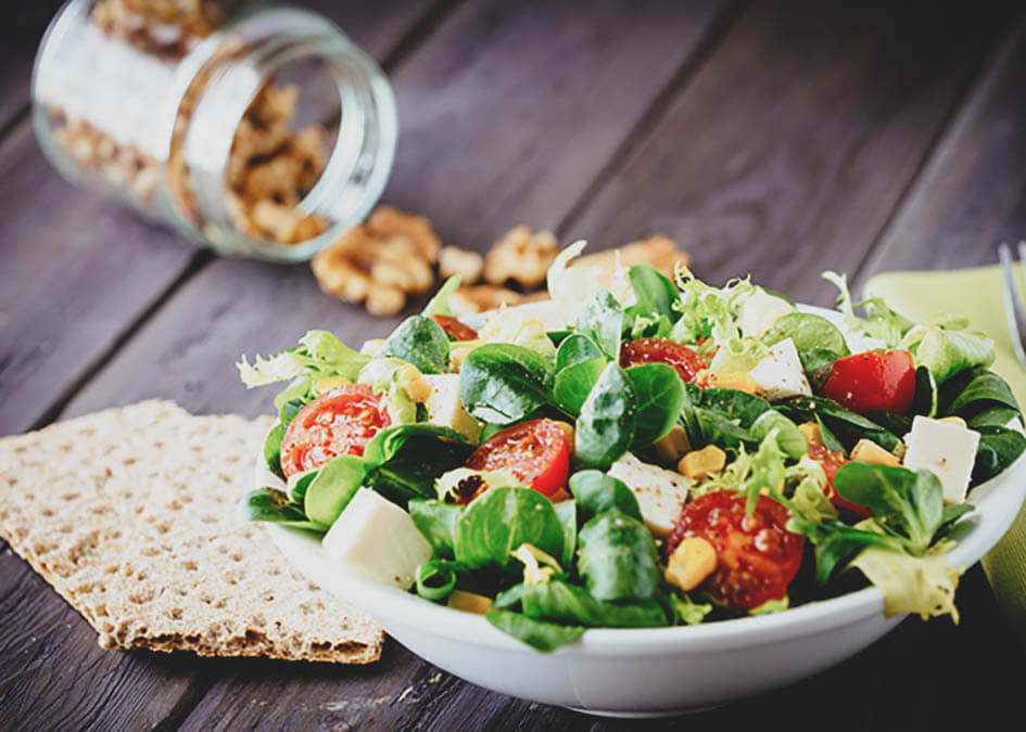 Salada de frango, queijo e nozes