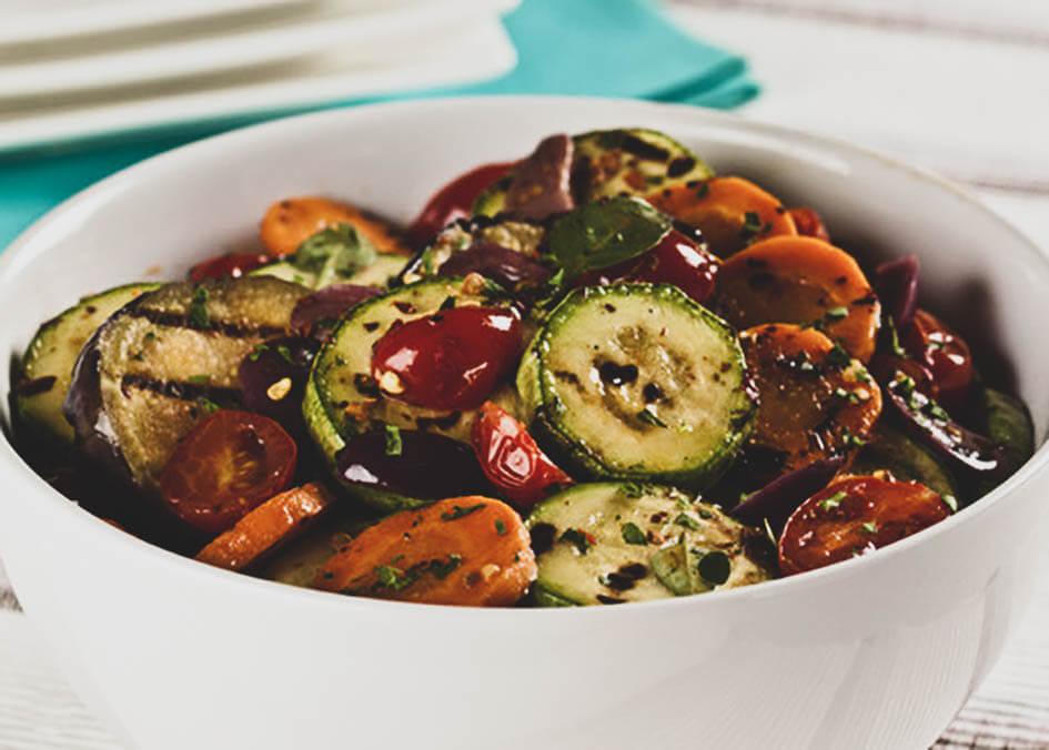 Salada de legumes grelhados com queijo mozzarella e azeite de coentros
